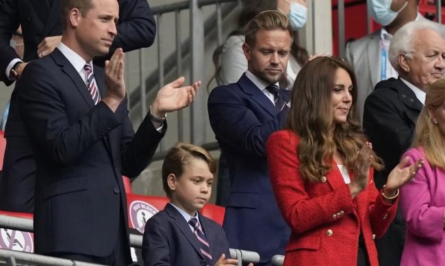 Кралски неволи: Ще седне ли принц Джордж в стола на прабаба си?