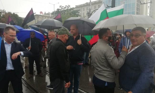 ВМРО с протестна акция, блокира движението около ЦУМ