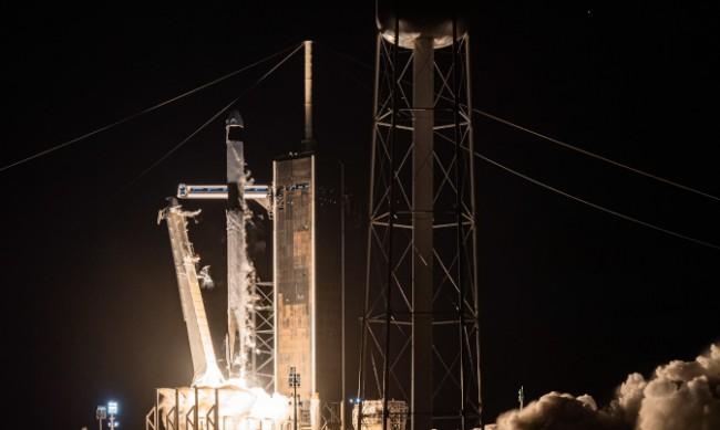 Туристите на SpaceX се завърнаха на Земята