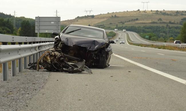 """Кола се заби в мантинелата и блокира движението на """"Струма"""""""