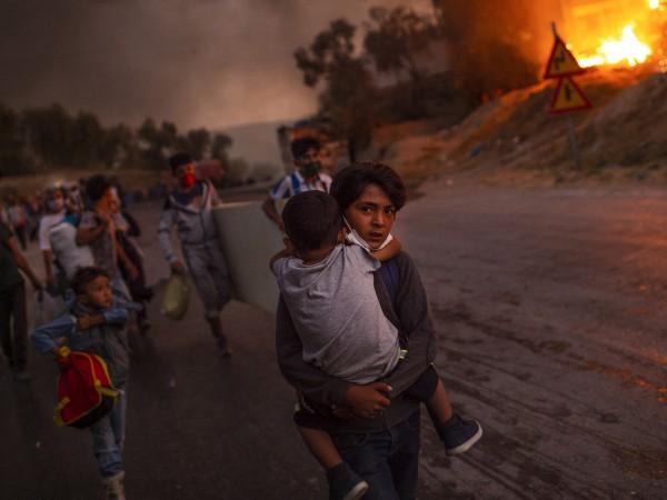 """Голям пожар избухна тази нощ в лагера за мигранти """"Вати"""""""