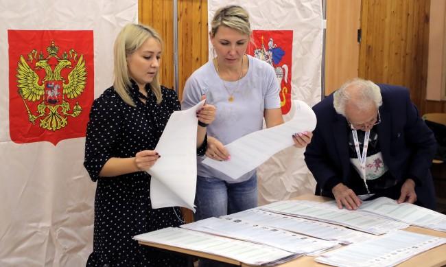 Партията на Кремъл губи гласове, но води на изборите в Русия