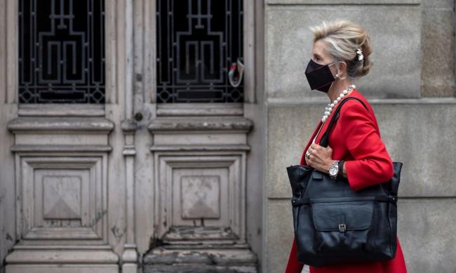 Испания смекчават ограниченията, маските обаче остават