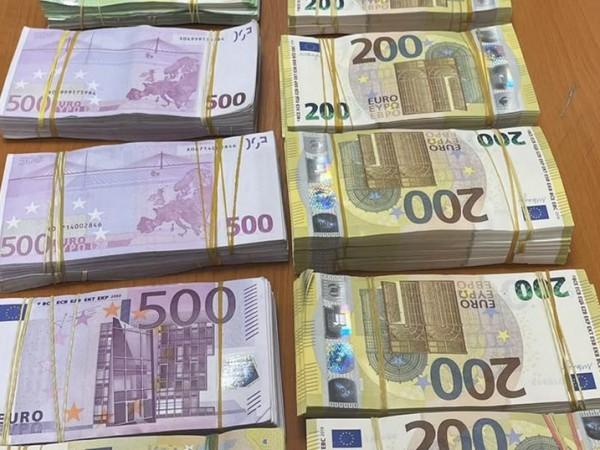 Митнически служители откриха 422 580 недекларирани евро в товарен автомобил