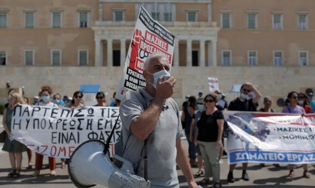 Медици в Гърция протестират срещу задължителната ваксинация