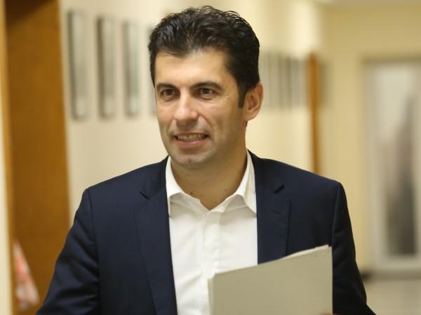 """Представляващият """"Продължаваме Промяната"""" Кирил Петков внесе в Централната избирателна комисия"""