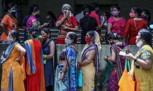 Осъдиха индиец да пере и глади дрехите на всички жени в селото