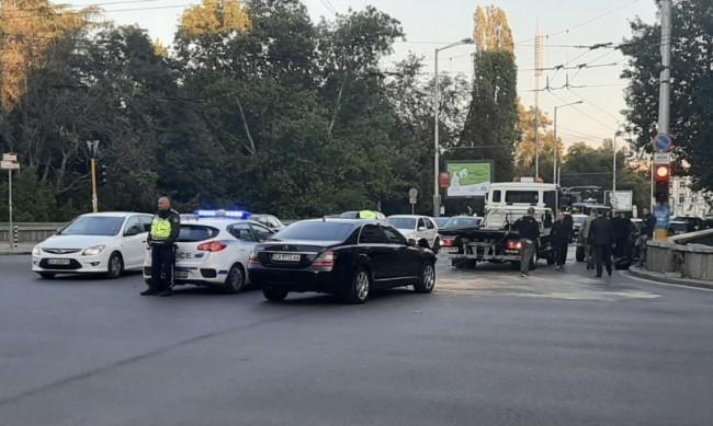 Челен удар с автомобил на НСО, няма тежко пострадали