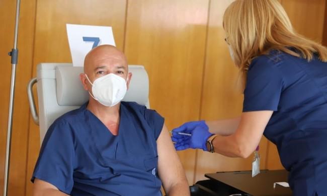Проф. Мутафчийски си постави трета доза ваксина
