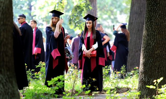 По-малко български студенти избират да учат в чужбина
