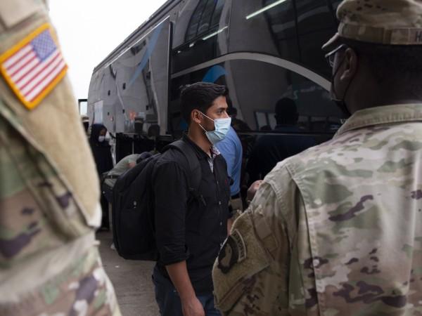 Няколко афганистански бежанци нападнаха американска военнослужеща в базата на въоръжените