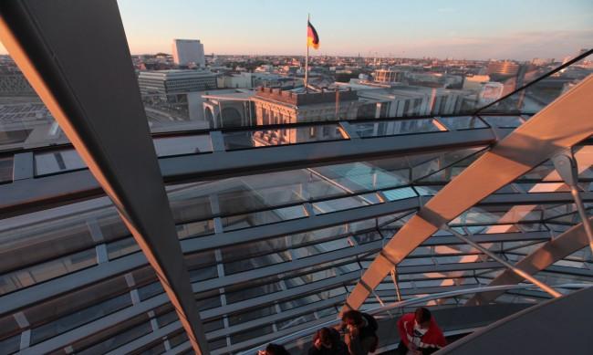 Фаворитите за следващ канцлер на Германия закриват кампаниите си
