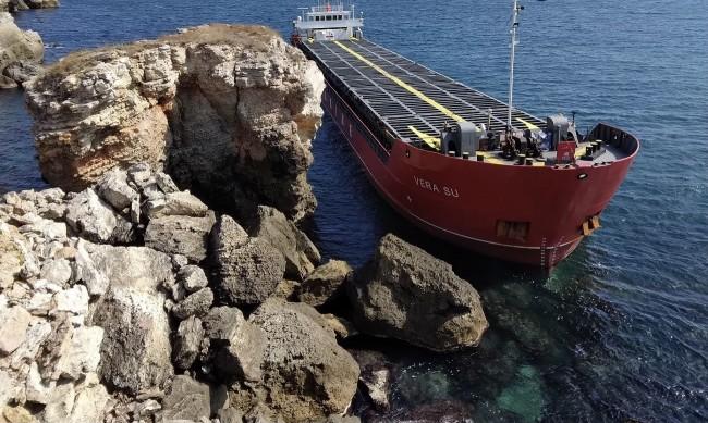 Водолаз: Има изтичане на азотна тор от заседналия край Яйлата кораб