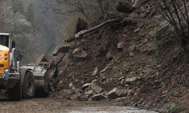 Срутени скали затвориха пътя между Кричим и Девин