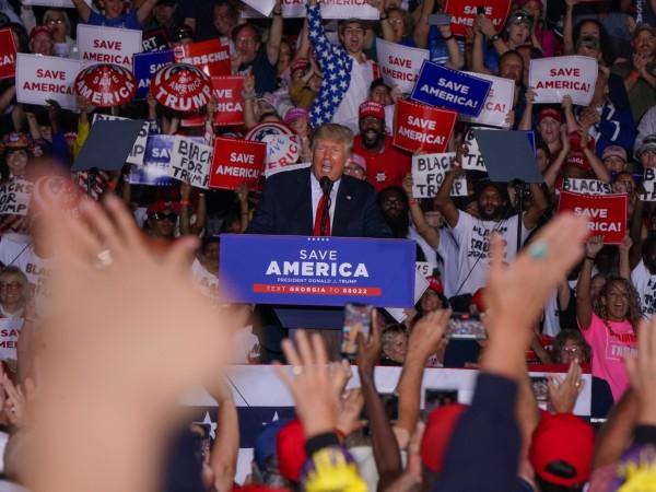 """Доналд Тръмп продължава """"открито да флиртува"""" с идеята за преизбирането"""