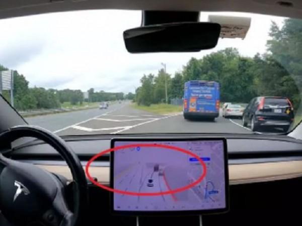 Наскоро стана ясно, че автопилотът на Tesla не вижда паркираните