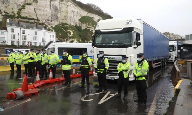 Коледата застрашена: Ще намери ли Великобритания шофьори на камиони?