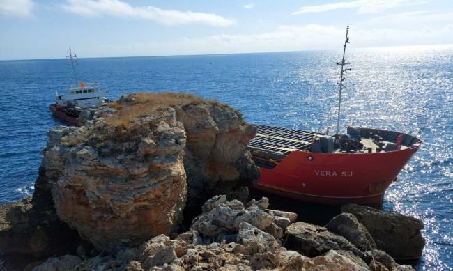 Има данни, че заседналият кораб е замърсил Черно море