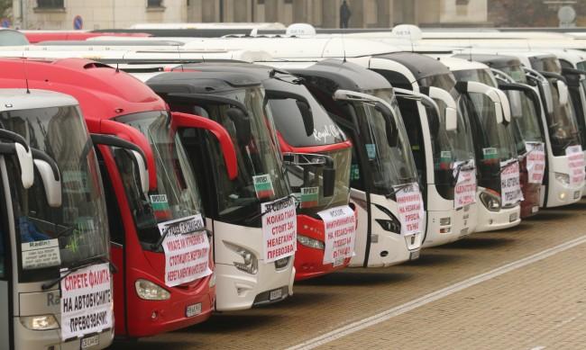 Автобусните превозвачи отложиха протеста си