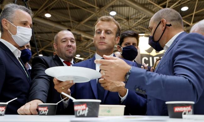 Макрон пак мишена, младеж хвърли яйце по президента
