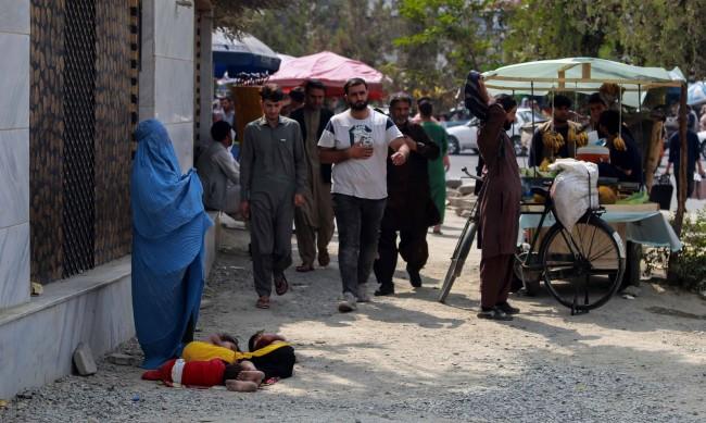 НПО преговаря с талибаните, за да могат жени да работят и учат