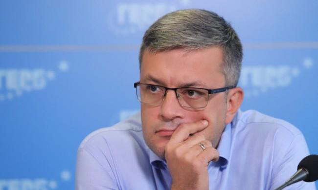 Биков: Радев е съдия на мача, който се опитва да вкара гол на ГЕРБ