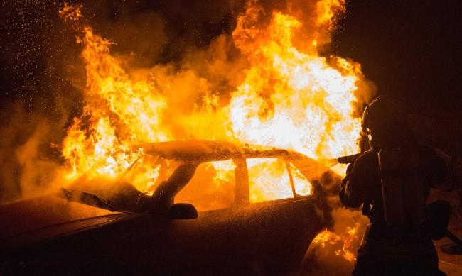 Две коли са опожарени в столичен квартал