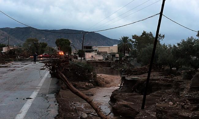 Силна буря спира фериботите в Гърция