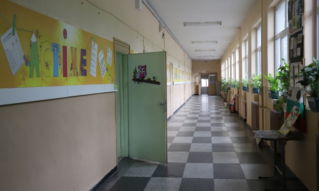 Денков убеждава неграмотен баща на 3 деца да ходят на училище