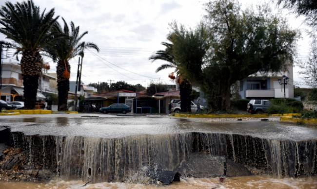 Дъждове и бурен вятър и в Гърция