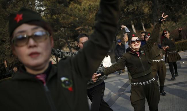 """Китай обявява война на """"танцуващите баби"""" - заглушава говорителите им"""