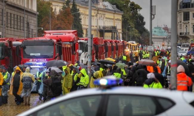 Протестът на пътищарите заради дълговете на държавата продължава