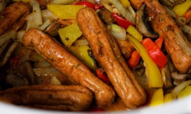 Рецептата Dnes: Запечена наденица със зеленчуци