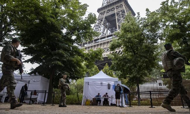Извънредното положение във Франция се удължава до юли 2022 г.