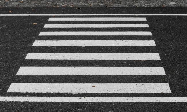 Кола блъсна жена и дете на пешеходна пътека в Бургас