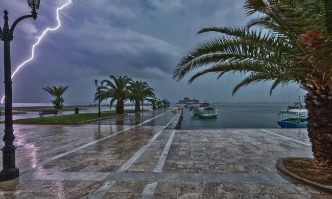 Интензивен дъжд и бури затрудняват трафика в Гърция