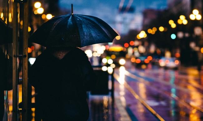 В неделя остава облачно и студено, на места ще вали