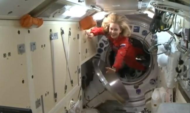 Първият в света космически киноекипаж се завърна на Земята