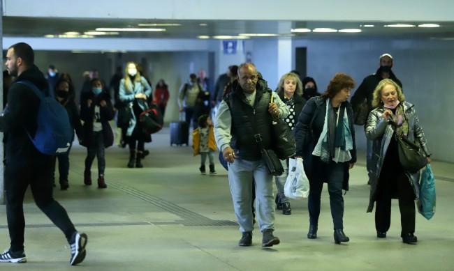 Въпреки заболеваемостта: Без маски на Централна жп гара
