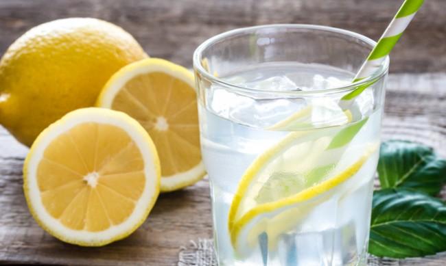 15 причини да пиете всяка сутрин вода с лимон