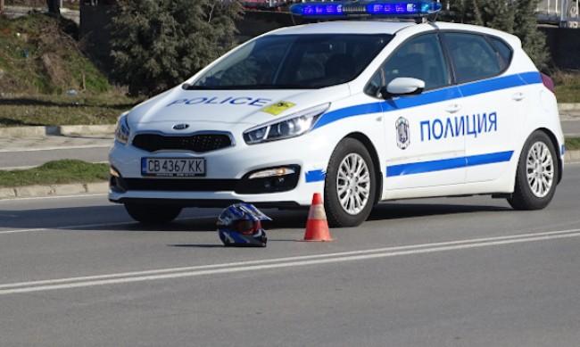 Моторист се заби в полицейска кола на пътя Асеновград-Пловдив