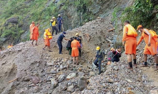 Вече близо 200 са жертвите на наводнения и свлачища в Индия