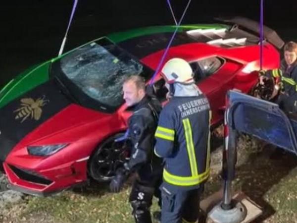 """Шофьор """"потопи"""" скъпа кола в езеро в Австрия. Той объркал"""