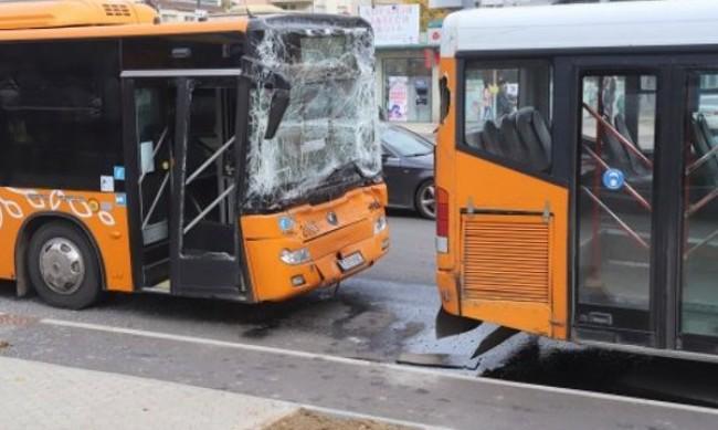 Удариха се два автобуса в София, има пострадали