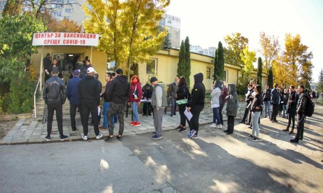 """Опашки за ваксини, 80 души имунизирани в """"Света Анна"""" за часове"""
