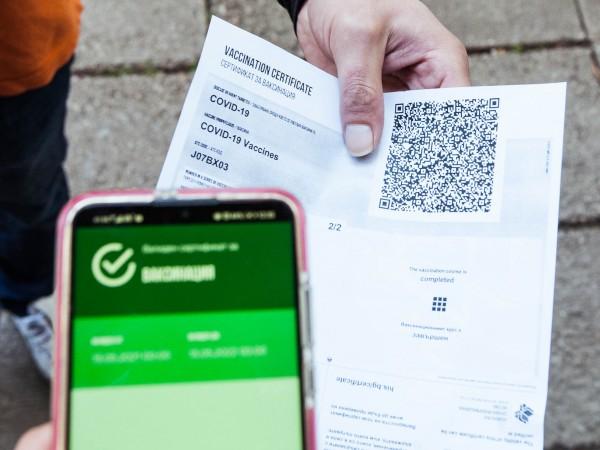 Протестно хоро срещу въвеждането на зелените сертификати се изви на