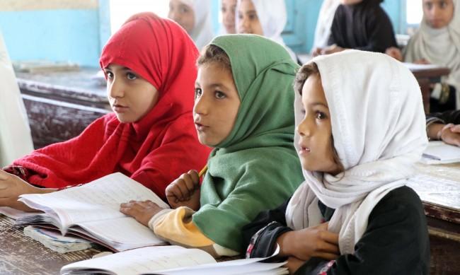 Умиращи от глад афганистански семейства продават децата си
