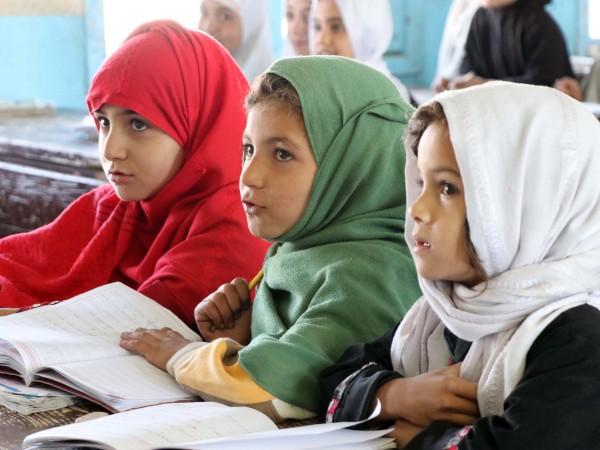 Умиращи от глад бедни афганистански семейства продават децата си да