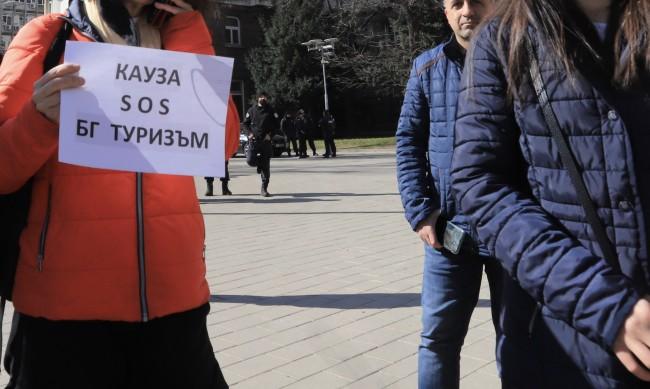 Туроператори излизат на протест, искат помощи заради пандемията