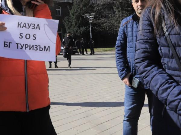 Туроператори излизат на протест пред Министерство на туризма. Те настояват